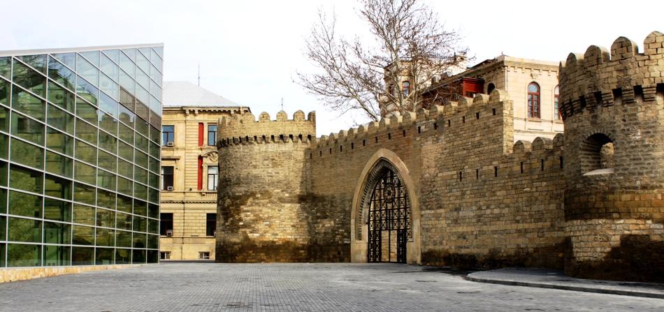 إحدى أقسام سور مدينة باكو القديمة، نموذج عن العمارة الإسلامية.