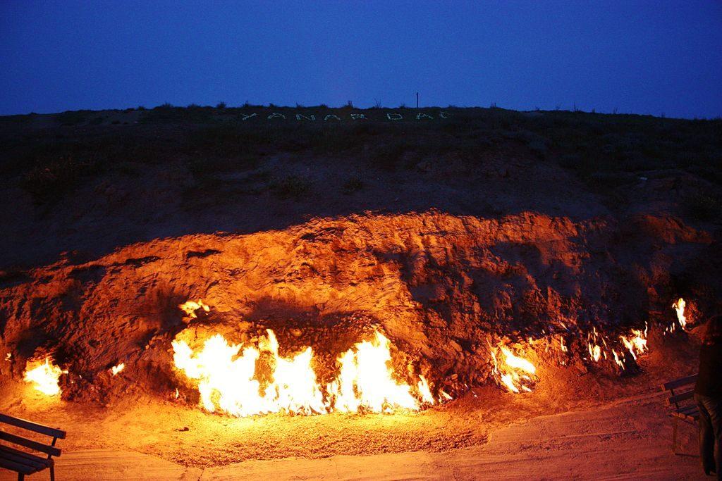 نار تخرج من الارض في اذربيجان